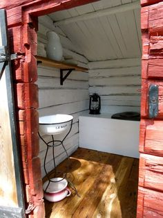 Outhouse Bathroom, Outhouse Decor, Cabin Bathrooms, Outdoor Bathrooms, Building An Outhouse, Outdoor Toilet, Outdoor And Country, Barn Parties, Composting Toilet