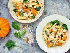 Kurpitsasta on moneksi Bruschetta, Family Meals, Thai Red Curry, Good Food, Healthy Recipes, Healthy Food, Pasta, Fruit, Ethnic Recipes