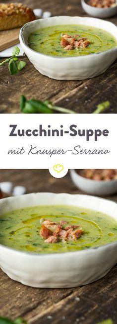 Mit der Zucchinisuppe zaubest du mediterranes Flair auf den Esstisch – abgerundet von mild-aromatischem Serrano-Schinken und selbstgemachtem Basilikumöl.