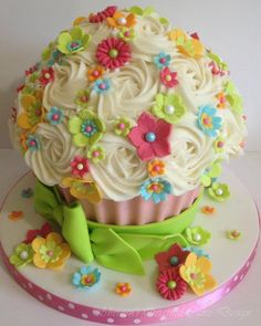 This is probably my favorite giant cupcake cake. Maybe make a more boyish colour one for my son.