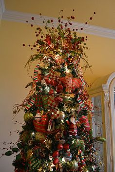 Great tutorial on how to decorate a tree starting with mesh ribbon...love this topper!