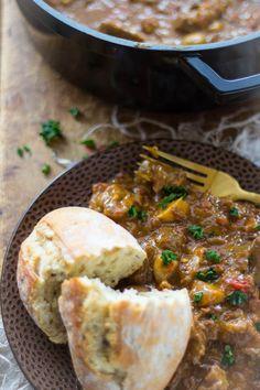 Een stoofpot met rundvlees en vol met groenten. Laat hem zacht stoven op een vlamverdeler of in de oven. Past prima bij rijst, aardappel, aardappelpuree, knapperig brood of pasta. Goulash, Spare Ribs, Pulled Pork, Pot Roast, Cornbread, Stew, Tapas, Mashed Potatoes, Slow Cooker