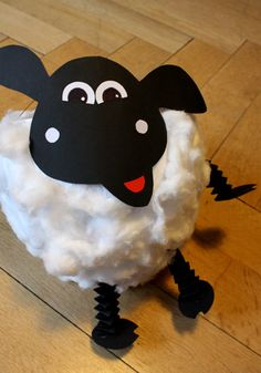 DIY sheep lantern: in 3 steps to a beautiful lantern for St. Martins Festival: A sheep lantern for the move Diy For Kids, Crafts For Kids, Paper Punch Art, Fabric Animals, St Martin, Applique Patterns, Fun Games, Classroom Decor, Kids And Parenting