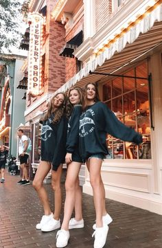 Disneyland Photos 2019 - have been doing well recently. matching sweatshirts is the move. Photos Bff, Best Friend Photos, Best Friend Goals, Bff Pics, Teen Pics, Cute Friend Pictures, Family Pictures, Squad Pictures, Squad Photos