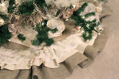 Christmas tree skirt using burlap, lace and broadcloth. LOVE the neutral colors! I'm so doing that this year.