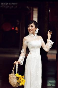 squared neck gives a modern update to line lace Áo dài