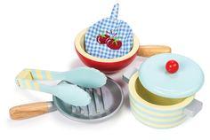Tolles Pfannen und Topfset für die Spielküche oder den Kaufladen. Alle Teile sind aus Holz. Das Set besteht aus 2 Pfannen, einem Topf mit Deckel, einer Zange und einem Topflappen aus Stoff. Hier kann sich der kleine Koch spielerisch...