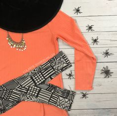 Lularoe halloween outfit! Lularoe Lynnae and Lularoe leggings! How perfect is this Halloween inspired Lularoe outfit? Click to get more style tips like these and for more Lularoe!