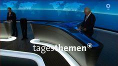 Ein Screenshot von der ARD-Tagesthemen-Sendung, die am Sonntag ausgestrahlt wurde, zeigt in der Mitte des Nachrichtenstudios – offenbar durch einen optischen Effekt – nur die untere Hälfte eines Menschen, der zwischen Nachrichtensprecher Jan Hofer (l.) und Moderator Thomas Roth steht. Foto: NDR/dpa