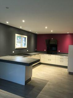 Carrelage effet parquet taupe pos dans une cuisine moderne laqu e grise carrelage en vente for Carrelage gris mur prune