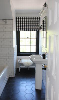 new traditional bathroom // @simplifiedbee #bathrooms