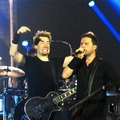 Chad Kroeger and Ryan Peake ! Their faces are priceless, ecspecially Chad's !