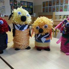 Kiitos ideasta!:) Kakkosluokkalaisten örkit alkavat valmistua. Piltti-purkin päälle liimattiin ketjusilmukkanauhaa ja tupsusta pää. Lopuksi vielä silmät, korvat, nenä, huivi ja käpälät. Kuva ja vinkki: Taina Kari Teddy Bear, Textiles, Teaching, Toys, School, Children, Animals, Pom Poms, Wool