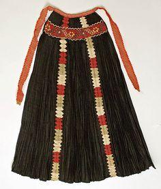 Hungarian apron from Kalotaszeg, Transylvania. Vintage Apron Pattern, Aprons Vintage, Vintage Costumes, Vintage Patterns, Tribal Costume, Folk Costume, Historical Costume, Historical Clothing, Fashion Wear