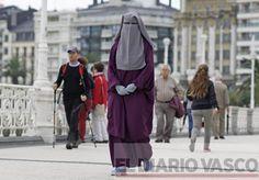 La inclusión y la atención a la diversidad proclamadas por el Departamento de Educación del Gobierno Vasco han topado con su límite. Se llama niqab y cubre el rostro de la donostiarra Meryem Echaniz, dejando únicamente al descubierto dos pupilas que apuntan fíjamente al interlocutor envueltas en anillos azul turquesa. Esta prenda, con la que mujeres musulmanas desean consumar su religión con el mayor grado de autenticidad posible, ha planteado un desafío desconocido al sistema educativo…