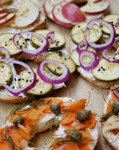 Notre inspiration #fraichementpresse vient de @odilejp et ses magnifiques bagels aux zucchinis marinés, oignons rouges et graines de sésame! #bagel #veggies #healthy