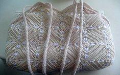 Сумка из квадратных мотивов выполнена крючком, декорирована атласной лентой. Схема вязания крючком