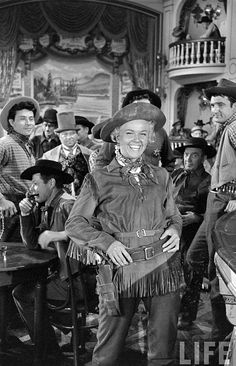 Calamity Jane - The designer for the saloon was Harper Goff who also designed the Golden Horseshoe for Disneyland Golden Age Of Hollywood, Vintage Hollywood, Hollywood Stars, Classic Hollywood, Movie Stars, I Movie, Movie Scene, Doris Day Movies, Divas