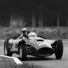 To jest Lancia D50 z 1954 roku. Naszym zdaniem najpiękniejszy bolid Formuły 1. Istnieje tylko 6 takich aut, a jedno z nich posiada szef F1, Bernie Ecclestone.