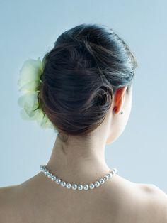 アシンメトリーにヘアアクセサリーを飾って上品なモダンさをプラスしました。 ■お問い合わせ先ハツコ エンドウ ウェディングス(ヘア&メイク)te...
