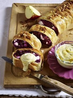 Rotkohl-Feta-Strudel mit Joghurt-Curry-Dip Our popular recipe for red cabbage feta strudel with yogurt curry dip and over more free recipes on LECKER. Pine Nut Recipes, Pumpkin Recipes, Drink Me, Food And Drink, Curry Dip, No Bake Granola Bars, Good Food, Yummy Food, Red Cabbage