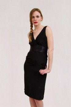 Le crêpe de soie est un tissu fluide et agréable à porter. Il tombe bien (il est plus lourd que la mousseline mais plus léger que le satin).Cette robe est fourreau, elle met la poitrine en valeur et s'ajuste au corps.Portez-la courte pour un 225
