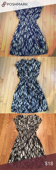 Guess black & white v-neck print dress - size S Excellent like-new condition w/ no flaws. Purchased on Poshmark but didn't fit. Eye-catching pattern with a flattering gathered waist & pretty zipper details on the shoulders. Guess Dresses Midi