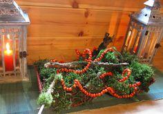 """via Piha ja Piennar. Rowantree berries and moss Christmas decorations.    """"ja niitä voi pujottaa rautalankaankin..."""""""