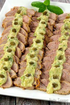 Recette de filet mignon de porc façon vitello tonnato, inspirée du fameux veau thoné italien. Fait avec du filet mignon de porc grillé et assaisonné d'une mayonnaise au thon et câpres, ce plat est encore plus savoureux et une belle entrée pour les menus d'été!