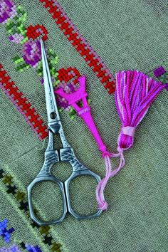 Ciseaux à broder Sajou représentant la tour Eiffel. Ils sont accompagnés d'une breloque rose représentant également la tour Eiffel. Eiffel tower embroidery scissors. The come with an Eiffel tower pink charm.