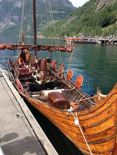 What Inside the Oseberg Ship One of The Greatest Viking Ships? Viking Life, Viking Warrior, Viking Longship, Old Sailing Ships, Ocean Sailing, Viking Culture, Viking Ship, Norse Vikings, Dark Ages
