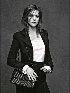 Ce printemps, Karl Lagerfeld a photographié trois de ses muses. D'abord, la Césarisée Kristen Stewart pour le sac 11.12... et, fidèle à son image nonchalemment rebelle, porte un T-shirt blanc sous sa petite veste Chanel.