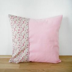 Housse de coussin - 35x35cm - tissu liberty eliïse rose imprimé fleurs - tissu coton rose - biais et passepoil pailleté