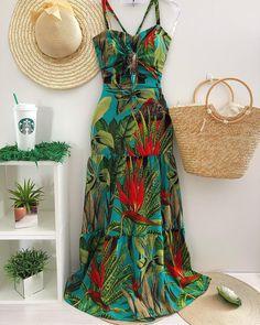 A imagem pode conter: pessoas em pé Flowy Summer Dresses, Modest Dresses, Summer Wedding Outfits, Summer Outfits, Fashion Vestidos, Hawaii Outfits, Boho Fashion, Fashion Outfits, Tropical Dress