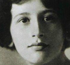 Simone Weil (1909-1943) fue una filósofa francesa. ace en el seno de una familia judía intelectual y laica: su padre era un médico renombrado y su hermano mayor, André Weil, un matemático reputado. Estudia filosofía y literatura clásica, es alumna de Alain (Émile Chartier).
