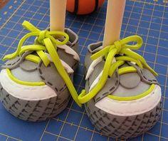 Foto: Voy avanzando sobre dos muñecas deportivas. Pronto os la enseñaré completa... Aquí un adelanto de una de ellas.  Los zapatos de fofuchas me facinan!!  Creo q voy a hacer una zapatería para fofuchas!!