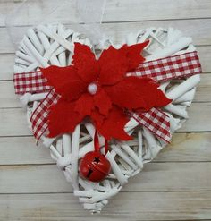 Cuore natalizio con Stella di Natale rossa Christmas Kitchen, Christmas Holidays, Christmas Wreaths, Christmas Ornaments, Homemade Christmas Decorations, Felt Decorations, Holiday Decor, Diy Crafts For Gifts, Christmas Crafts