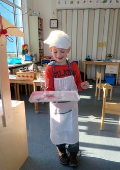 Waiter training tray carry with one hand, theme restaurant, nursery idea Pizza Restaurant, Restaurant Themes, Fast Food Restaurant, Preschool Restaurant, Cooking In The Classroom, Kids Restaurants, Dramatic Play, Food Themes, Cooking With Kids