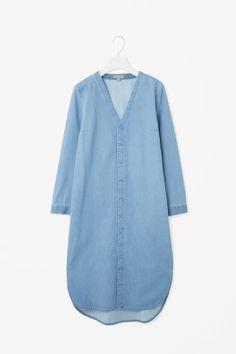 COS image 5 of V-neck denim shirt dress in Sky Blue Cute Cheap Dresses, Funky Dresses, Cos Dresses, Linen Dress Pattern, Estilo Jeans, Denim Shirt Dress, Mode Hijab, Kurta Designs, Couture
