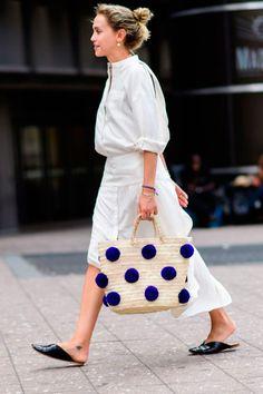 Aposte em um look all white com bolsa de palha.