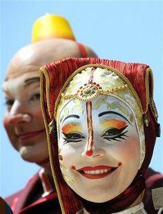 Cirque du Soleil - Kooza - mask goes down and around cheekbones