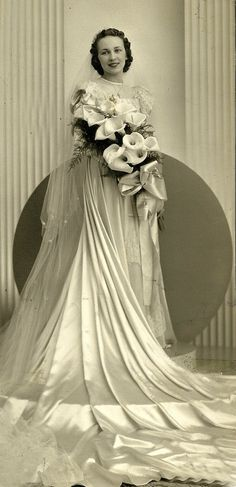 Vintage bride with gorgeous and elegant calla lilies bridal bouquet 1930s Wedding, Vintage Wedding Photos, Vintage Bridal, Vintage Weddings, Vintage Outfits, Vintage Dresses, Wedding Attire, Wedding Bride, Lace Wedding