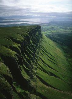 【アイルランド】ベンバルベン。アイルランド北西部、スライゴー州にある村ドラムクリフに位置する標高526mの岩山。ケルト人の神話やアイルランド文芸復興運動に貢献した詩人・劇作家ウィリアム=イェーツの作品に登場することで知られる。