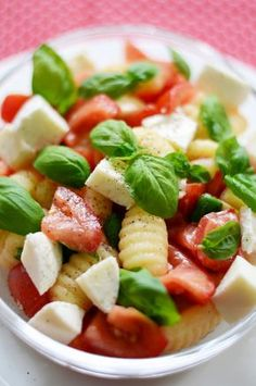 Perfekt für jedes Party-Buffet: Gnocchi-Salat mit Tomaten, Mozzarella und Basilikum Weiterlesen →