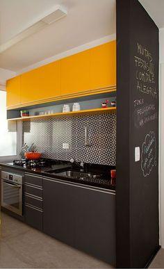 E quem disse que o preto não pode estar na cozinha? Aposte na combinação preto+amarelo, e crie um ambiente animado e descontraído!