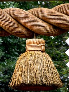 Shimenawa, rice straw rope used in Shinto for purification to enter scared ground. Japanese Design, Japanese Art, Japanese Temple, Turning Japanese, Passementerie, Place Of Worship, Nihon, Japanese Culture, Textiles