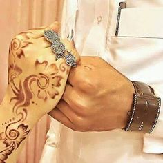 ياشبيه صويحبي وينك ابيك ! صويحبي جافي و اشبعني جفا تعال و مانيب متحسب عليك تعال و ذكرني بصاحبي اللي نسى ' Cute Muslim Couples, Cute Couples, Couple Posing, Couple Shoot, Beautiful Hijab, Beautiful Hands, Mehendi, Casual Wedding Attire, Couple Holding Hands