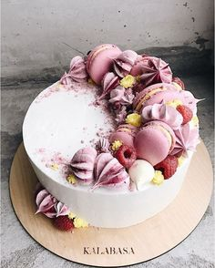 Wedding Cake decorated with and coloured whipped cream. Wedding Cake decorated with and coloured whipped cream. Wedding Cake decorated with and - Pretty Cakes, Cute Cakes, Beautiful Cakes, Amazing Cakes, Macaron Cake, Cupcake Cakes, Macarons, Cake Cookies, Baking Cupcakes
