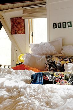 look at that fluffy white comforter.. le pretty