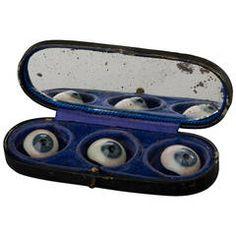 Tre occhi di vetro nella loro scatola di immagazzinaggio